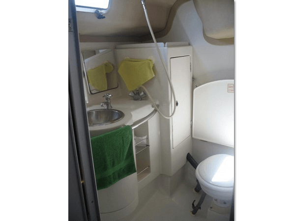 Beneteau 38 - bathroom 600 x 450