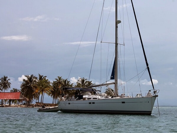 OCEANIS 473 - at the anchor 3 - 600 x 450